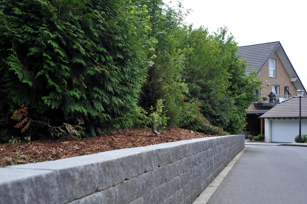 Maueranlage mit Betonsteinen