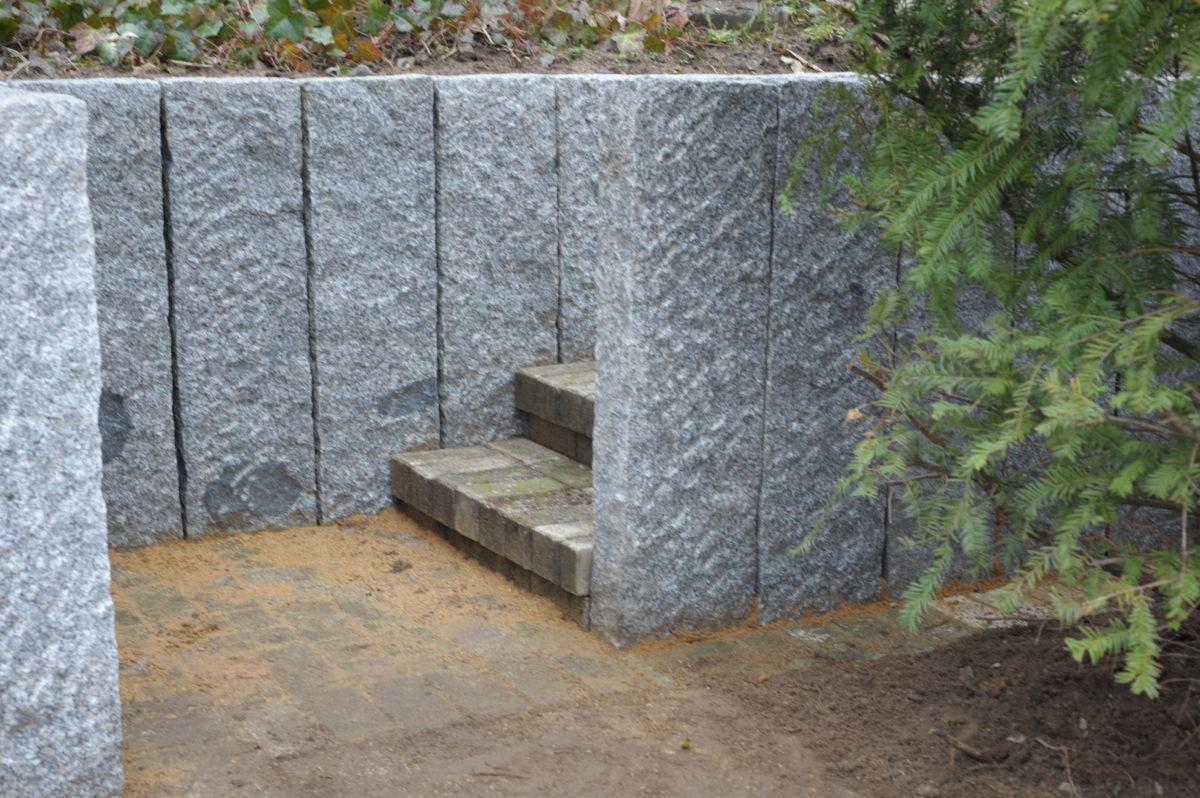 Beeteinfassungen mit Treppenaufgang