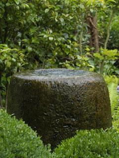 Antiker Sandsteintrog als Quelle mit Wasserreservoir